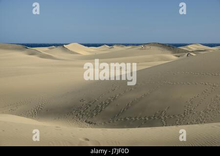 Touristen gehen auf umfangreiche Sand Dünen Maspalomas, Gran Canaria, Mai 2016. - Stockfoto