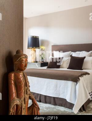 Buddha Schlafzimmer buddha nachttisch le in einem boutique hotel zimmer in