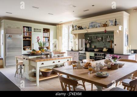 edelstahl amerikanischer k hlschrank neben ffnen vorratsschrank schrank in modernen k che. Black Bedroom Furniture Sets. Home Design Ideas