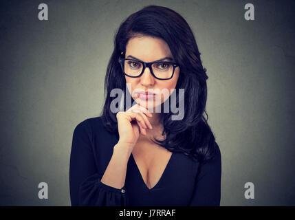 Porträt einer ernsthaften jungen Frau - Stockfoto