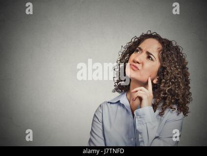 Closeup Portrait mürrisch verärgert unglückliche junge Mitarbeiter, Kunden, denken nachschlagen isoliert grau hinterlegt. - Stockfoto
