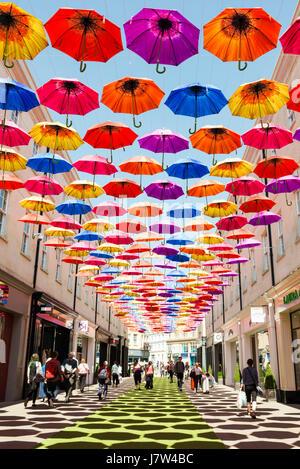 Bath, Somerset, UK. Bunte Regenschirme über die Straße als Bestandteil ein Kunstfestival aufgehängt. - Stockfoto