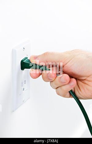 Hand grüne Stecker aus Steckdose ziehen Stockfoto, Bild: 30927368 ...