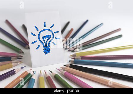 Buntstifte um Idee Karte mit Beschneidungspfad, leicht zu verfärben der Glühbirne. - Stockfoto