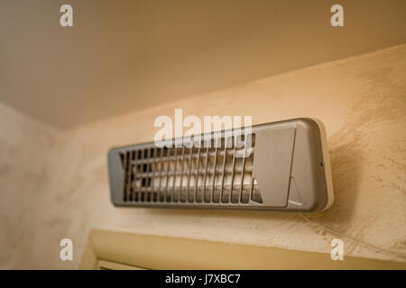 Infrarot-Heizung an der Wand im Badezimmer - Stockfoto