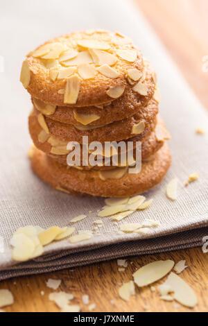 Süßes Mandelgebäck auf Serviette. - Stockfoto