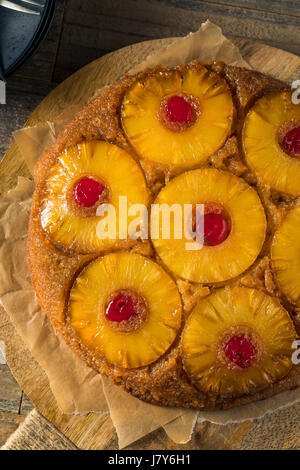 Süsse hausgemachte Ananas auf den Kopf nach unten-Kuchen mit Kirschen - Stockfoto