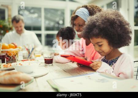 Mädchen mit digital-Tablette am Frühstückstisch - Stockfoto