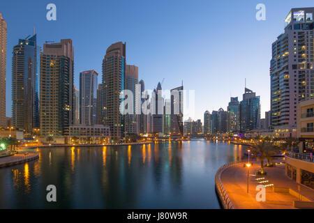 Dubai Marina Wolkenkratzer Wolkenkratzer Dämmerung Nacht blaue Stunde Stadt Vereinigte Arabische Emirate - Stockfoto