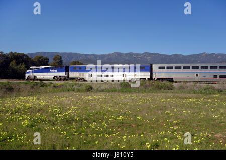 Amtrak-Zug fährt entlang Eisenbahnschienen entlang Küste von Süd-Kalifornien in der Nähe von Carpinteria USA - Stockfoto