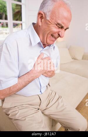 Mann mit Schmerzen in der Brust. - Stockfoto