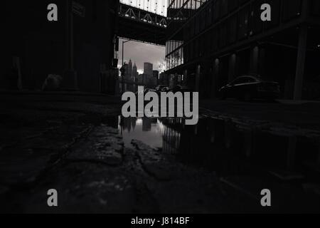 Dunkeln anzeigen John Straße entlang eine Gasse führt zu in DUMBO, Brooklyn, New York unter der Manhattan Bridge - Stockfoto