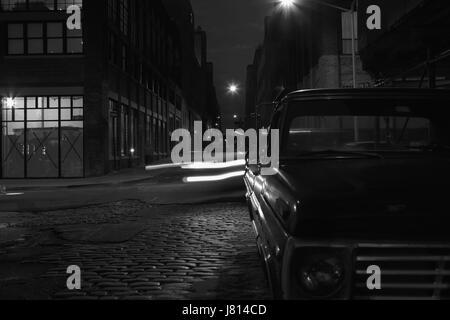 Nacht Fluchtpunkt Blick Water Street in DUMBO, Brooklyn, Langzeitbelichtung Hintergrund mit Retro-Look. Licht und - Stockfoto