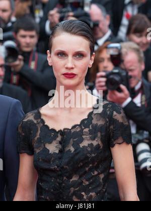 """Cannes, Frankreich. 26. Mai 2017. Französische Schauspielerin posiert Marine Vacth auf den roten Teppich für die Vorführung des Films """"Amant Doppel"""" während der 70. Cannes Filmfestspiele in Cannes, Frankreich, am 26. Mai 2017. Bildnachweis: Xu Jinquan/Xinhua/Alamy Live-Nachrichten"""