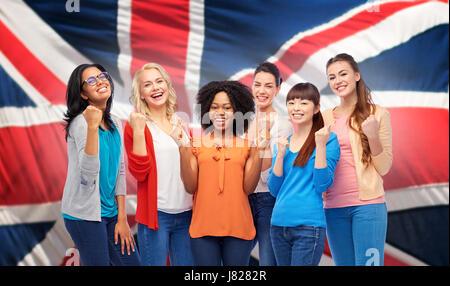 internationalen glückliche Frauen über britische Flagge - Stockfoto