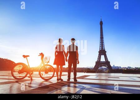 Verbinden Sie mit dem Fahrrad mit Blick auf Eiffelturm und Hand in Hand auf Trocadero am Morgen in Paris, die Stadt - Stockfoto