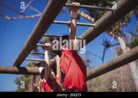 Klettergerüst Boot : Passen sie menschen klettern klettergerüst im bootcamp u stockfoto