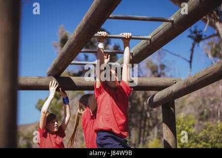 Klettergerüst Boot : Kinder klettern klettergerüst u stockfoto wavebreakmedia