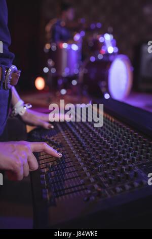 Mittleren Bereich der weiblichen operativen sound-Mixer in Nachtclub - Stockfoto