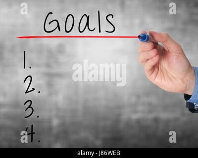 Geschäftsmann schreibt Ziele Liste Planung am Whiteboard. Isoliert auf grau. Stock Bild - Stockfoto