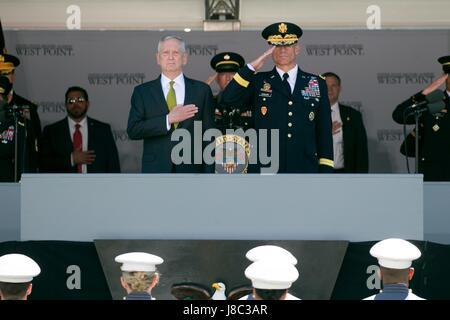 US Secretary of Defense Jim Mattis, links, und Generalleutnant Robert L. Caslen, Jr., US Military Academy Superintendent - Stockfoto