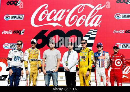 Charlotte, NC, USA. 28. Mai 2017. Grand Marshall Channing Tatum und Steven Soderbergh posieren mit Monster Energy - Stockfoto