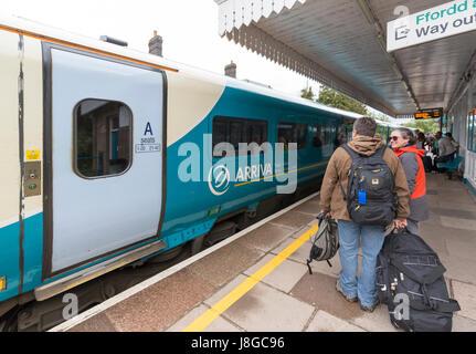 Fluggästen trainieren bei Abergavenny Bahnhof, Wales, UK - Stockfoto