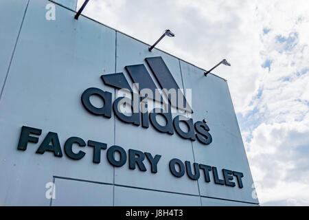 Kopenhagen, 7. Juli 2016, Adidas Factory Outlet. Logo gegen den Himmel.  Adidas ist eine deutsche multinationale - Stockfoto