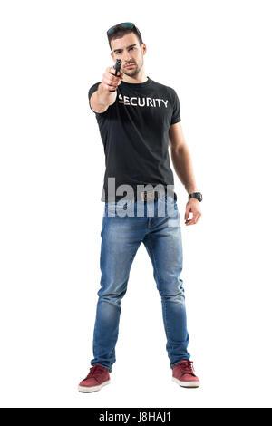 Undercover-Polizist mit Pistole in der Hand auf Sie gerichtet. Ganzkörper-Länge-Porträt isoliert auf weißem Studio - Stockfoto