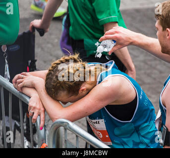 Ein Mann hilft einer jungen Frau abkühlen durch plantschen sie mit kaltem Wasser am Ende 2017 Liverpool Rock n Roll - Stockfoto