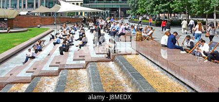 Entspannen im Sommer Saison Sonnenschein London Frauen Männer weibliche und männliche Büro Arbeiter Arbeiter uk - Stockfoto