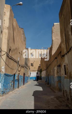 Blick auf Straße in der alten Medina von Fes El Bali (Old Town) Fes, Marokko - Stockfoto