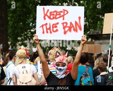 London, UK. 29. Mai 2017. Ein Demonstrant mit foxy Gesichtsmaske hält eine behalten die Ban-Plakat. Demonstranten, - Stockfoto