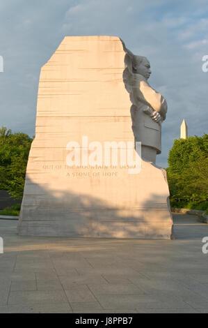 Die Martin Luther King Memorial, mit dem Washington Monument im Hintergrund im West Potomac Park, Washington, DC - Stockfoto