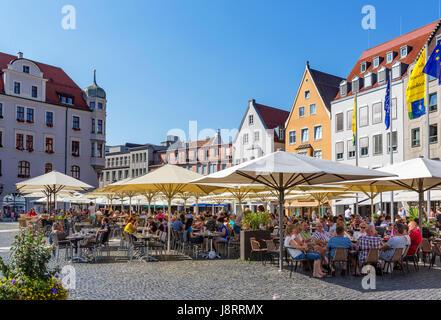 Straßencafé in Rathausplatz, Augsburg, Bayern, Deutschland - Stockfoto