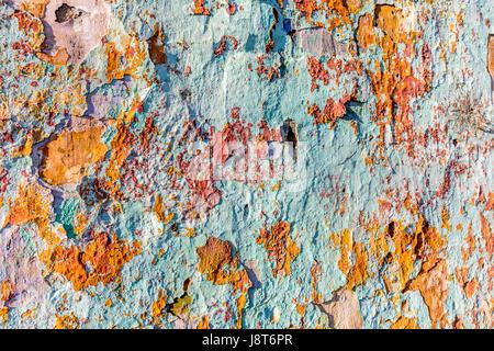 Nahaufnahme der Risse peeling bunte Farbe auf alte Mauer - Stockfoto