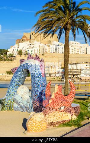 Buntes Mosaik Drache, ein Mini-Spielplatz am Strand entlang der Uferpromenade von Playa Norte, Peniscola, Spanien - Stockfoto
