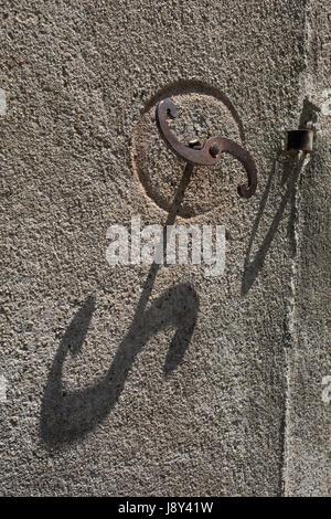 Formen und Form erstellt von kontrastreiche Schatten an der Wand Putz gerendert am 27. Mai 2017, in Carcassonne, - Stockfoto