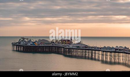 Blick auf einen Sonnenuntergang auf dem Pier in Brighton und Hove, Südengland - Stockfoto