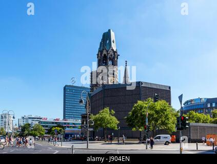 Die Ruine der Kaiser-Wilhelm-Gedächtniskirche mit dem Europa-Center hinten, genommen von Hardenbergstraße, Kurfürstendamm, - Stockfoto