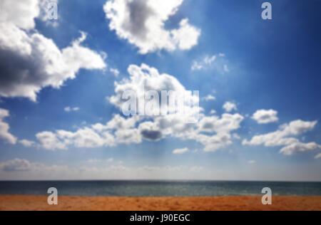 Verschwommene Meeresstrand in Sonne im Sommer Tag und Himmel mit Wolken. Als Hintergrund verwenden. - Stockfoto