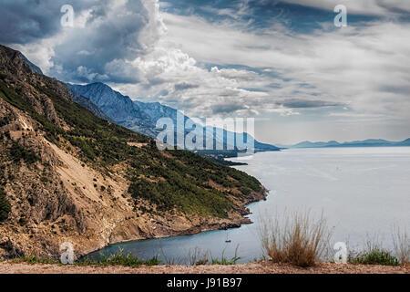 Blick auf die Adria-Küste und Omis und Makarska Riviera in Kroatien - Stockfoto