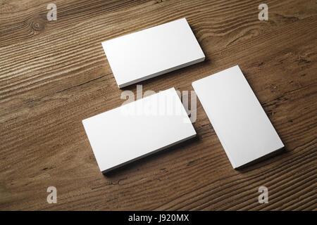 Foto von leere Visitenkarten auf Holz Hintergrund. Vorlage für ID. Ansprechende Design-Modell. - Stockfoto