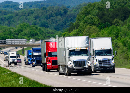Ein Geschwader von Eighteen-wheelers weisen den Weg nach unten ein interstate Highway im Osten von Tennessee.  Hitzewellen - Stockfoto