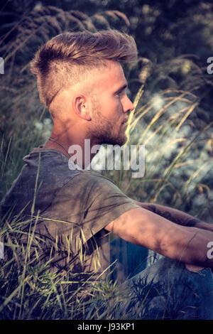 Blond, blaue Augen jungen Mann durch Fluss - Stockfoto