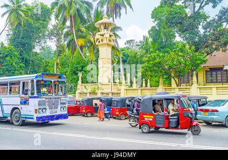 PERADENIYA, SRI LANKA - 28. November 2016: der Verkehr auf Autobahn Colombo-Kandy mit dem Blick auf malerische Turm - Stockfoto