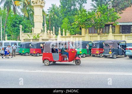 PERADENIYA, SRI LANKA - 28. November 2016: In Sri Lanka Tuk Tuks funktionieren wie eine reguläre Taxis auf kurze - Stockfoto
