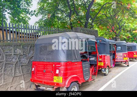 PERADENIYA, SRI LANKA - 28. November 2016: die Linie der roten Tuk Tuk Taxi Taxis warten auf Passagiere, stehen - Stockfoto