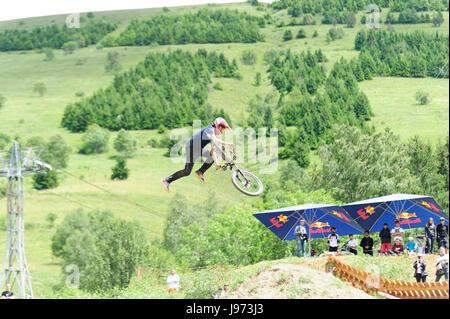 """Mann springt mit seinem MTB während einer Freeride World Tour-Meisterschaft in Frankreich (hier im Dorf von """"Deux - Stockfoto"""
