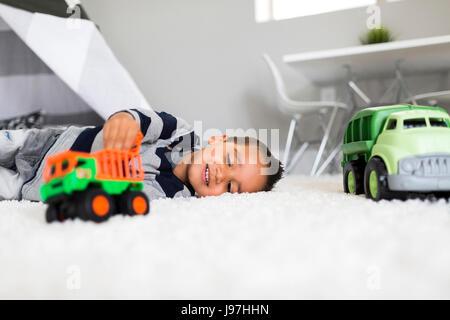 Junge (2-3) spielen mit Spielzeug im Zimmer - Stockfoto